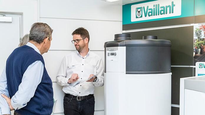 Vaillant Mitarbeiter berät Besucher des Wärmepumpenabends in Graz vor einer Wärmepumpe