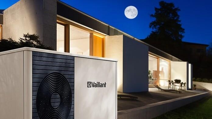 Wärmepumpe von Vaillant in der Nacht im Freien
