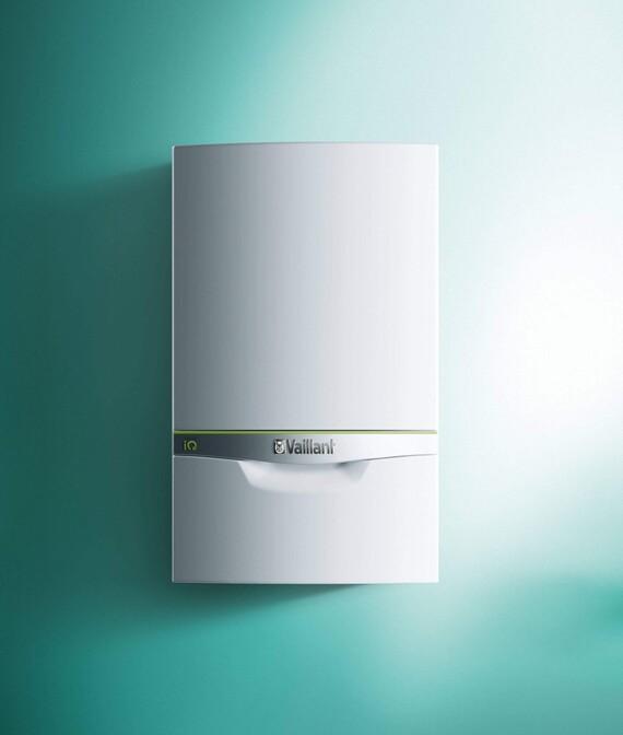 Vaillant Gas-Brennwert Wandheizgerät ecoTEC exclusive VC vor grünem Hintergrund