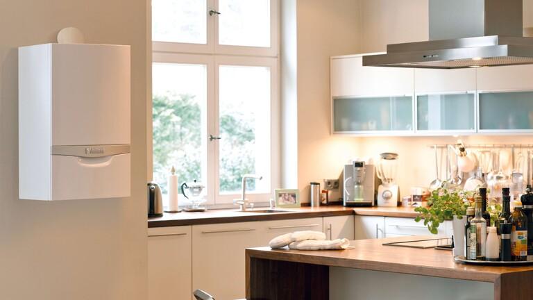 ein Wand-Kombiheizgerät im Badezimmer an der Wand