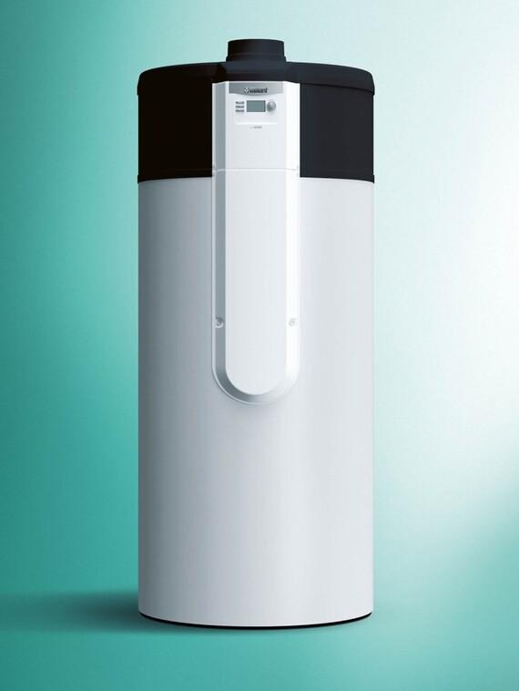Vaillant Luft-Wasser Wärmepumpe aroSTOR mit 290 Liter Speicherkapazität vor grünem Hintergrund