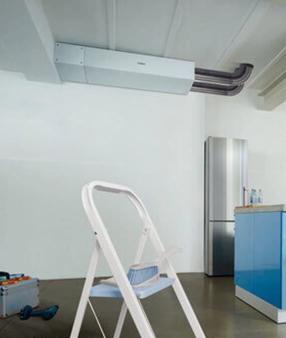 Lüftungsgerät recoVAIR 150 an der Decke in einem Raum