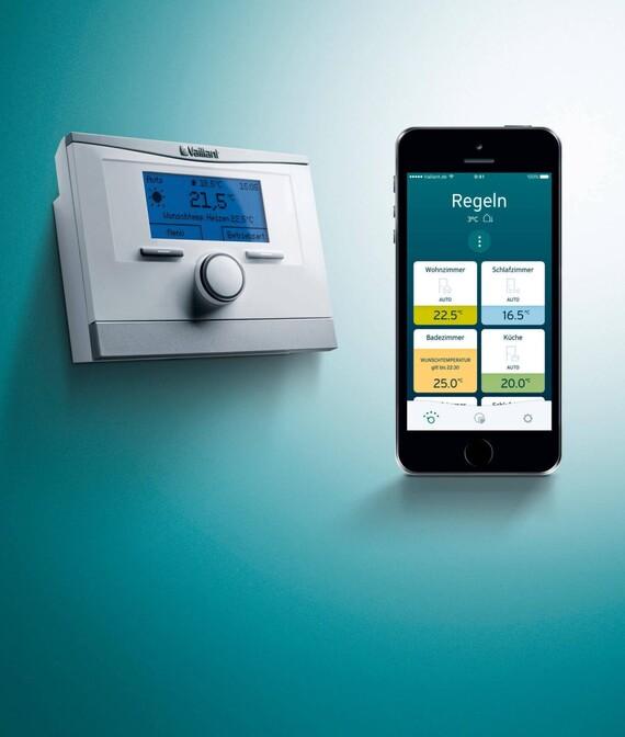 Vaillant Raumtemperaturregler und Smartphone mit geöffneter multiMATIC App