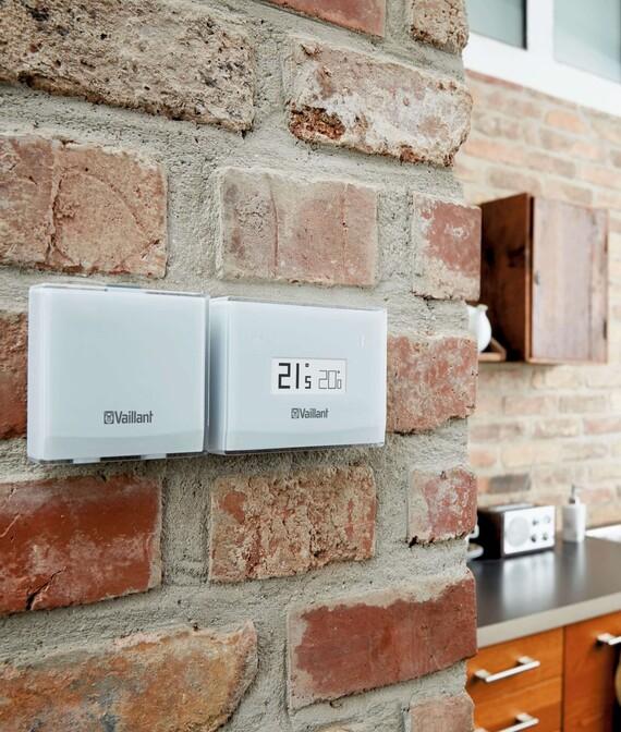 Vaillant Raumtemperaturregler eRELAX mit Funkmodul im Wohnraum