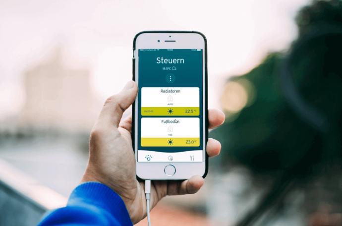 Hände halten ein Smartphone auf dem man die mulitMATIC App sieht