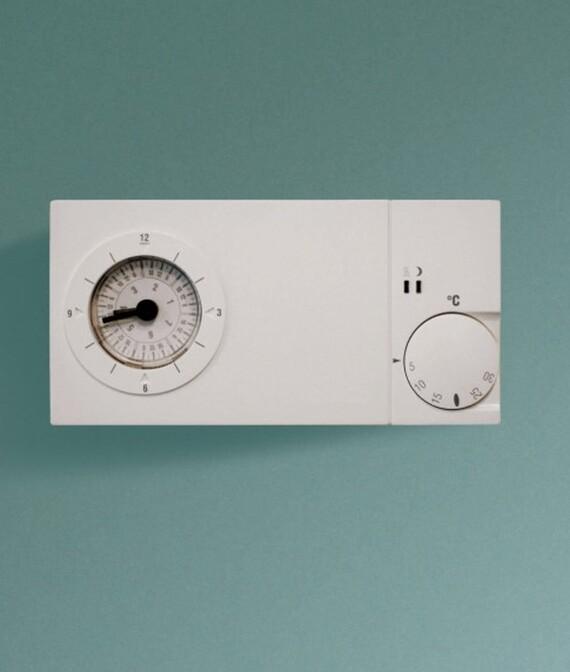 Vaillant Uhrenthermostat easy 3pt und easy 3pw vor grünem Hintergrund