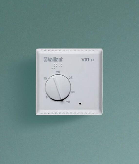 Vaillant Raumthermostat VRT 15 vor grünem Hintergrund