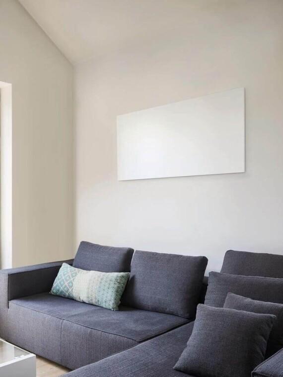 Vaillant Infrarotstrahler in einem Wohnzimmer an der Wand