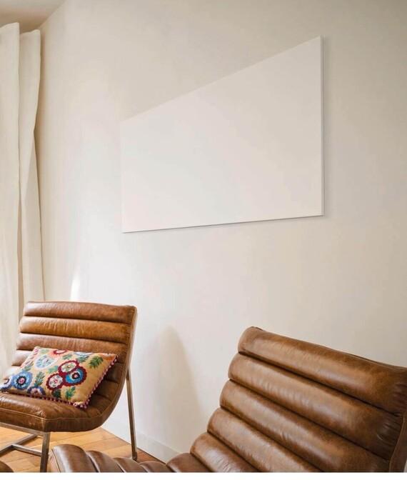 Vaillant Infrarotheizung in einem Wohnzimmer an der Wand
