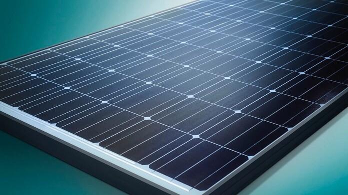 Photovoltaik-Modul mit grünem Hintergrund
