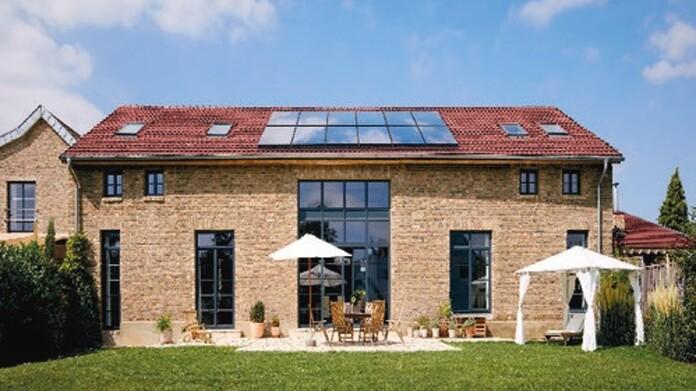 Eine Photovoltaikanlage von Vaillant auf einem mediteranen Einfamilienhaus montiert