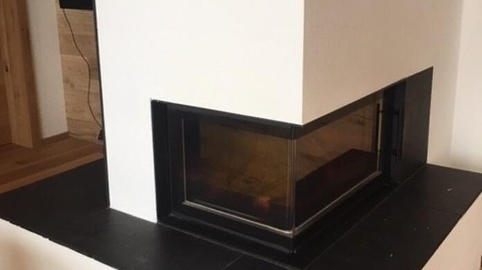 moderner Kamin schwarz -weiß in Szene gesetzt