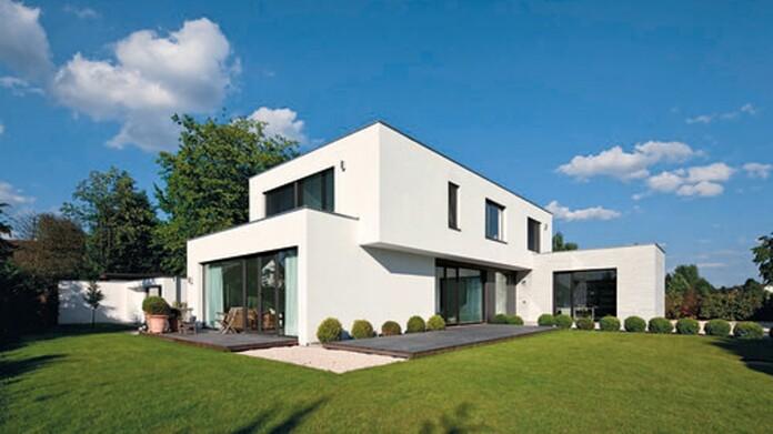 Neues, weißes modernes Haus mit schönem Garten