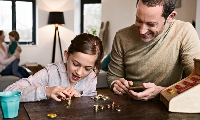 Vater und Tochter zählen Münzen